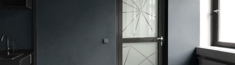 Der Foliensichtschutz in moderner Netzoptik verleit triesten Türen einen modernen Look.