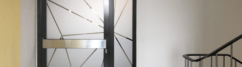 Vollflächiger Design-Sichtschutz in mehreren Etagen der Treppenhäuser.