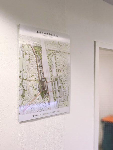 Alu-Dibond Poster aus der Seitenperspektive an einer weißen Wand
